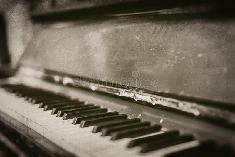 Closeup av det gammal tappning skrapade pianot i monokromt - retro fotografi arkivbilder