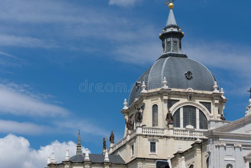 Closeup av domkyrkakupolen, Cathedrale Almudena, Madrid royaltyfri fotografi