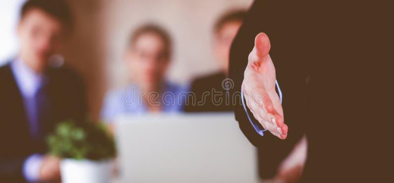 Closeup av en affärshandskakning arkivfoton