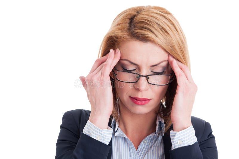 Closeup av en affärskvinna som har en huvudvärk fotografering för bildbyråer
