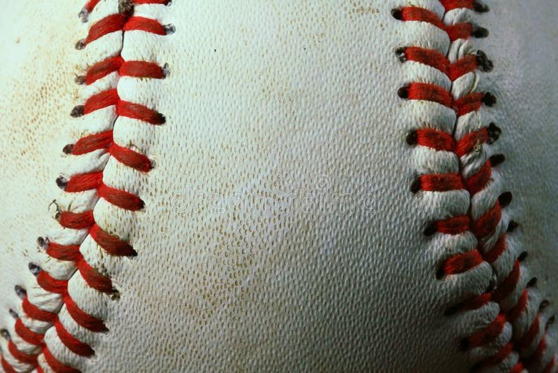Closeup av en använd vit baseball med röda sömmar fotografering för bildbyråer