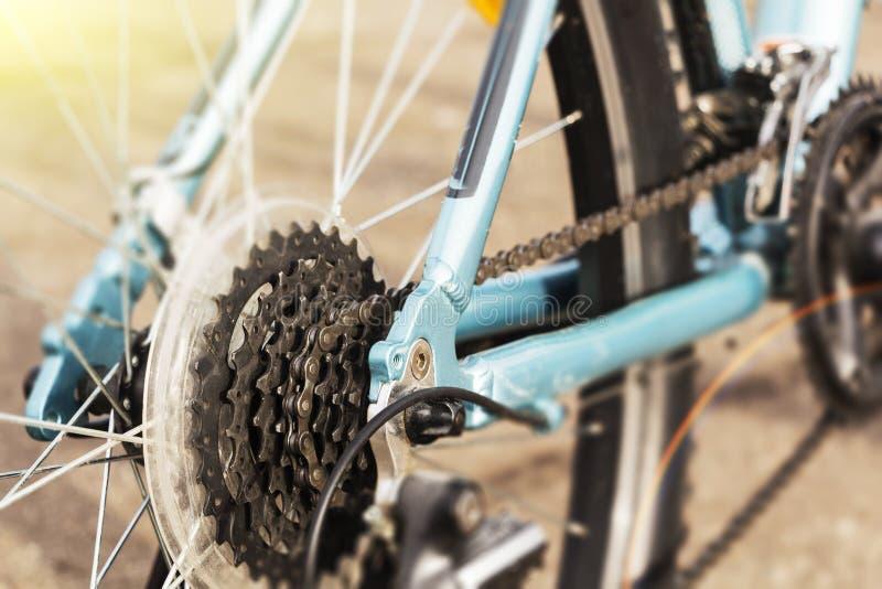 Closeup av en cykelkugghjulmekanism och kedja på det bakre hjulet av mountainbiket royaltyfri fotografi