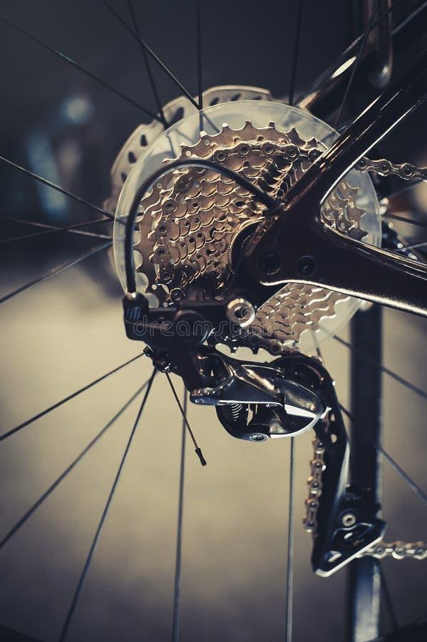 Closeup av en cykelkugghjulmekanism och kedja på det bakre hjulet av mountainbiket Kassett för bakre hjul från en mountainbike cl royaltyfri bild