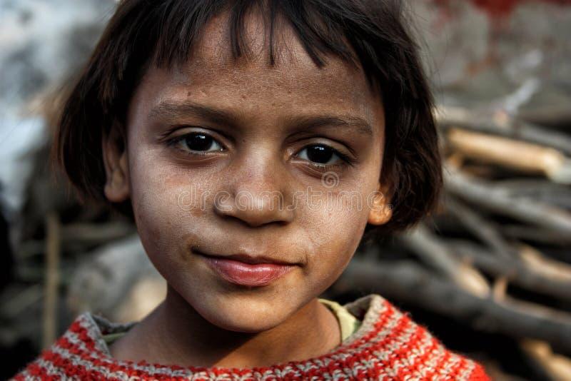 Closeup av en fattig flicka från en stads- slumkvarter i New Delhi royaltyfri foto