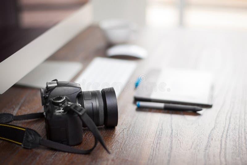 Closeup av en fotografs skrivbord arkivfoton