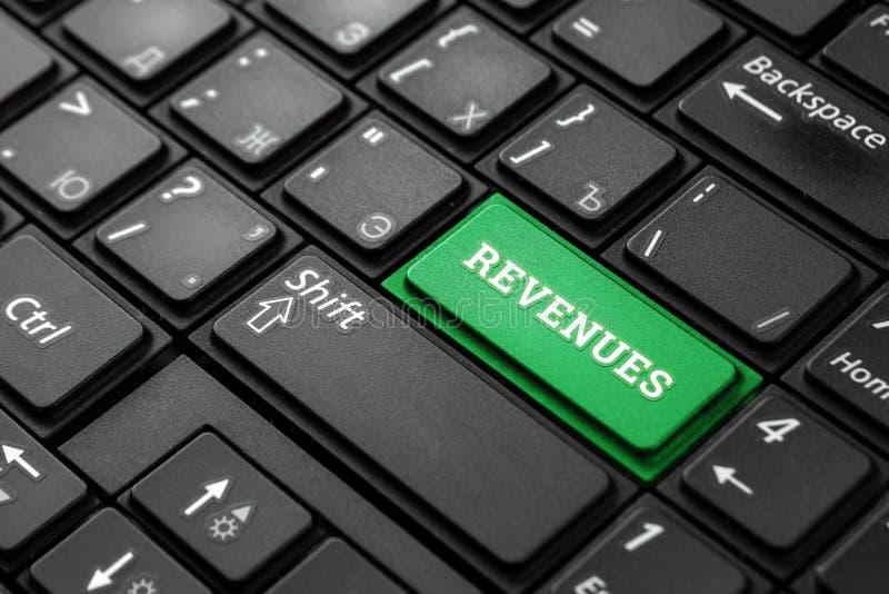 Closeup av en grön knapp med ordintäkterna, på ett svart tangentbord Idérik bakgrund, kopieringsutrymme r fotografering för bildbyråer