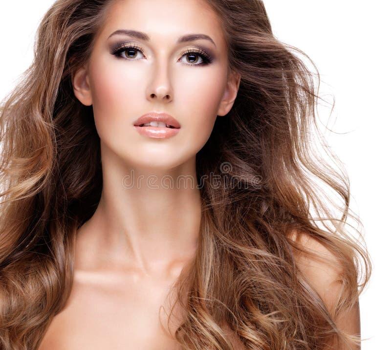 Closeup av en härlig kvinna med långt brunt hår royaltyfria bilder