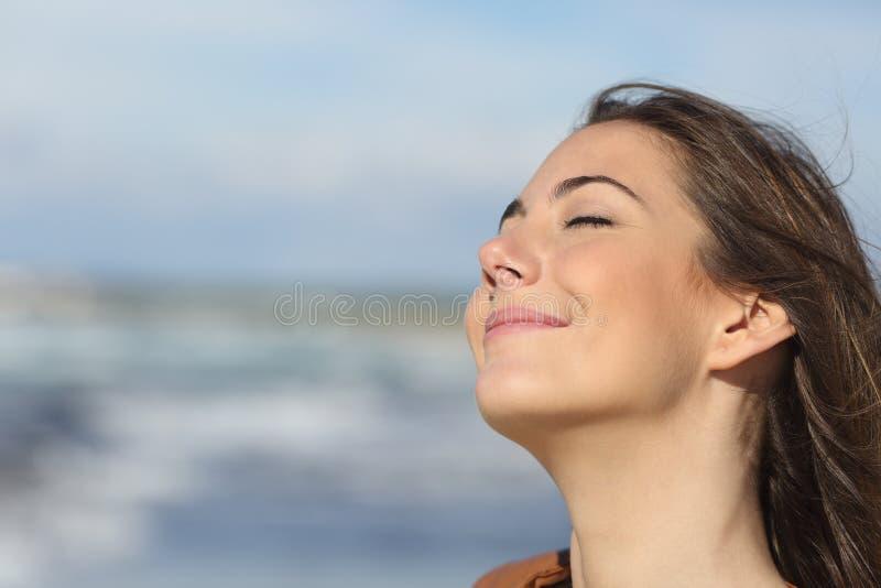 Closeup av en kvinna som andas ny luft på stranden royaltyfria foton