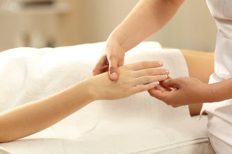 Closeup av en kvinna som mottar en handmassage i en brunnsort royaltyfria foton