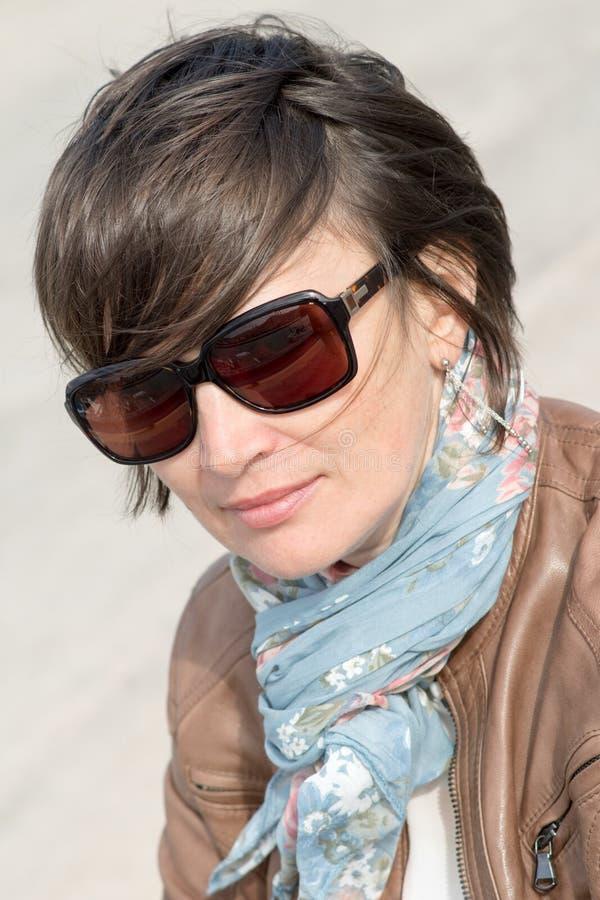 Closeup av en kvinnlig i solglasögon royaltyfri bild