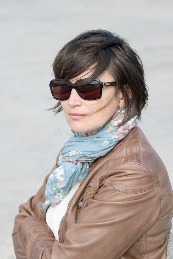 Closeup av en kvinnlig i solglasögon royaltyfri foto