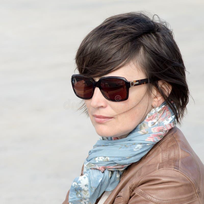 Closeup av en kvinnlig i solglasögon fotografering för bildbyråer