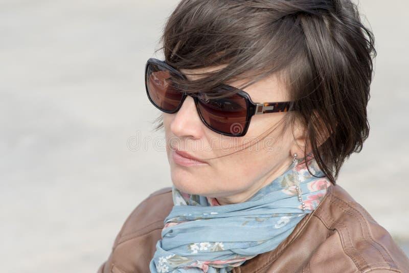 Closeup av en kvinnlig i solglasögon arkivbilder