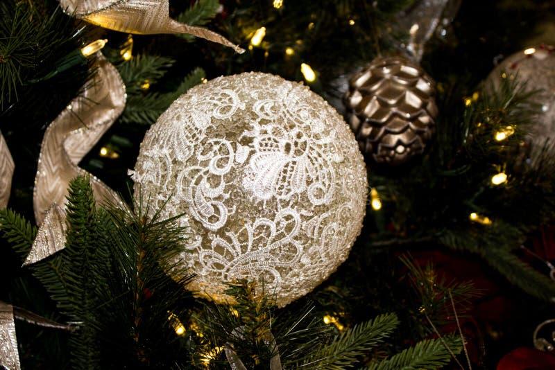 Closeup av en Lacy White Christmas Oranament arkivbilder