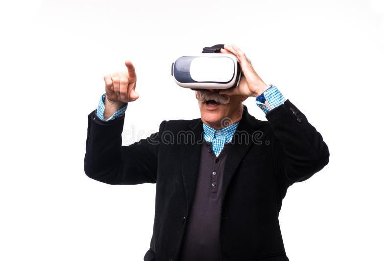 Closeup av en man som för första gången som erfar virtuell verklighetskyddsglasögon isoleras över vit arkivfoto