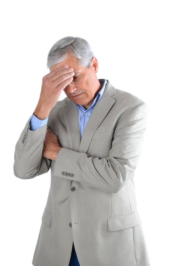 Closeup av en mellersta åldrig affärsman som rymmer hans huvud i hans hand arkivbild
