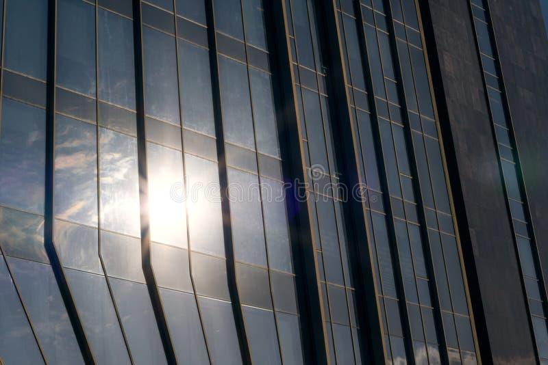 Closeup av en modern byggnad för fönsterexponeringsglas med solen som reflekterar i den arkivbilder