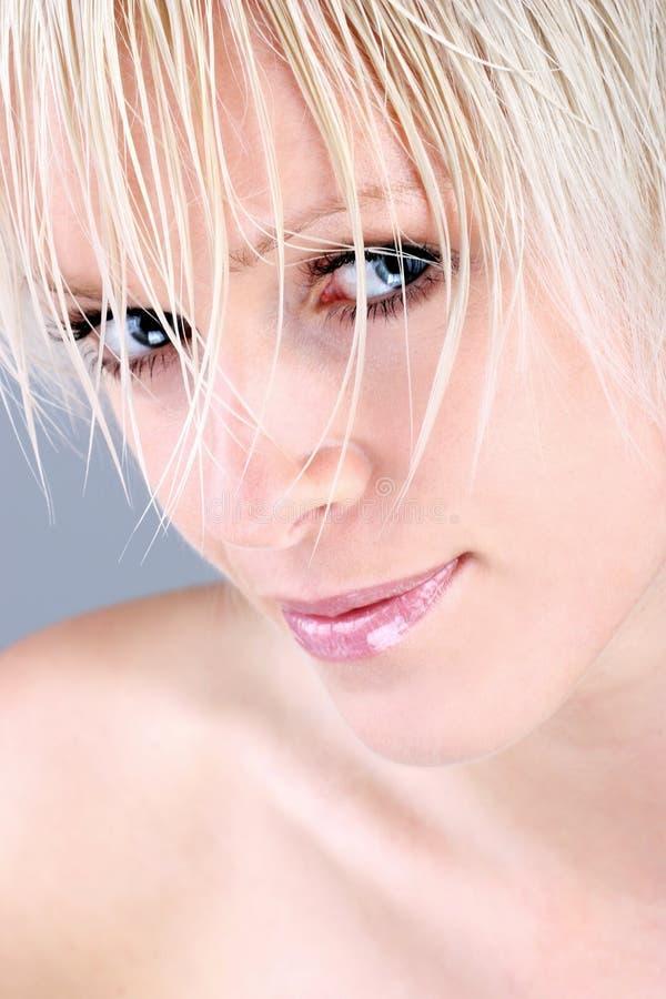 Closeup av en nätt blond kvinna arkivfoton