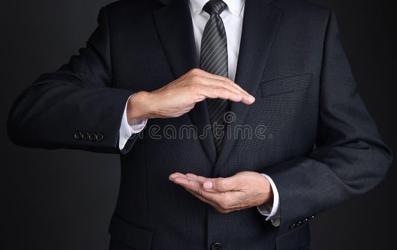 Closeup av en oigenkännlig affärsman med kupade händer som, om rymma något royaltyfria foton