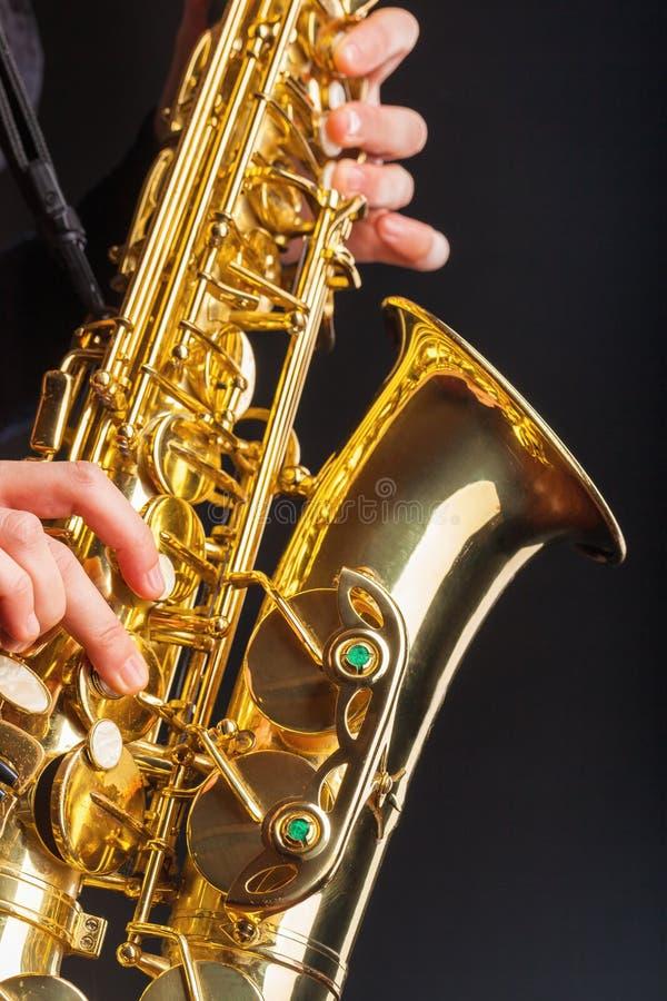 Closeup av en saxofon royaltyfri bild