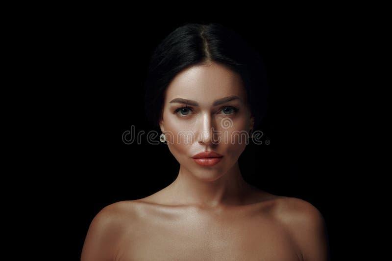 Closeup av en ursnygg kvinna på svart bakgrund royaltyfri bild