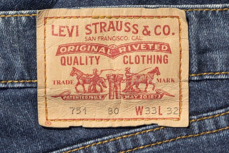 Closeup av etiketten för Levi's läderjeans arkivbilder