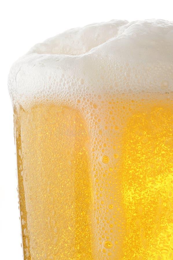 Closeup av ett exponeringsglas av foamy öl fotografering för bildbyråer