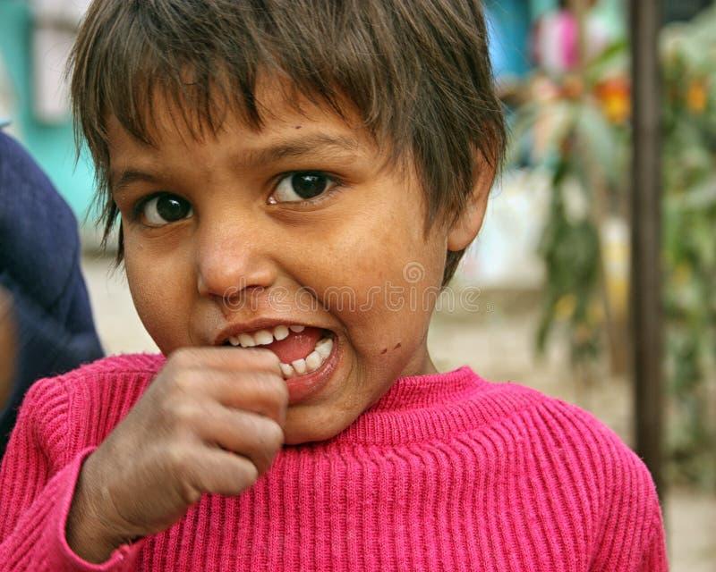 Closeup av ett fattigt barn från en stads- slumkvarter i New Delhi royaltyfri foto