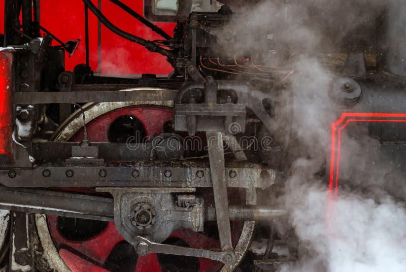 Closeup av ett hjul för ångalokomotiv med en pistong arkivbild