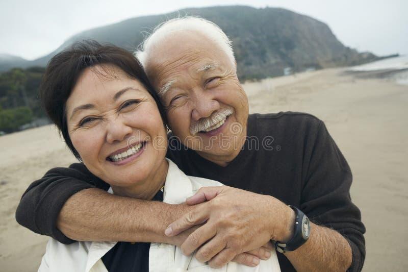 Closeup av ett par som omfamnar på stranden royaltyfri fotografi