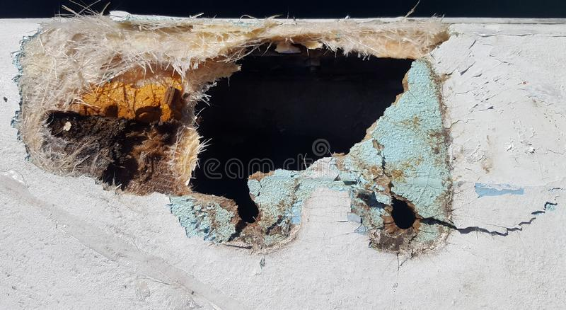 Closeup av ett skadat glasfiberfartyg arkivbilder