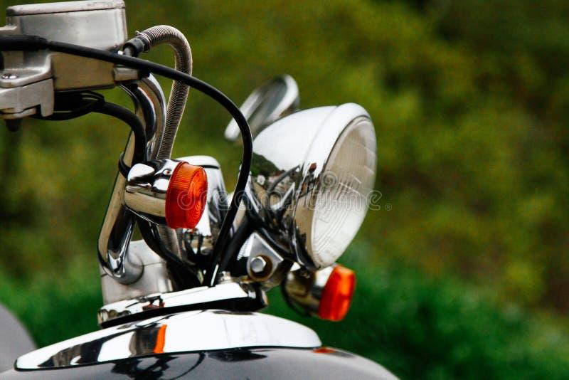 Closeup av ett styrhjul och billyktor av en tappningsparkcykel royaltyfri fotografi