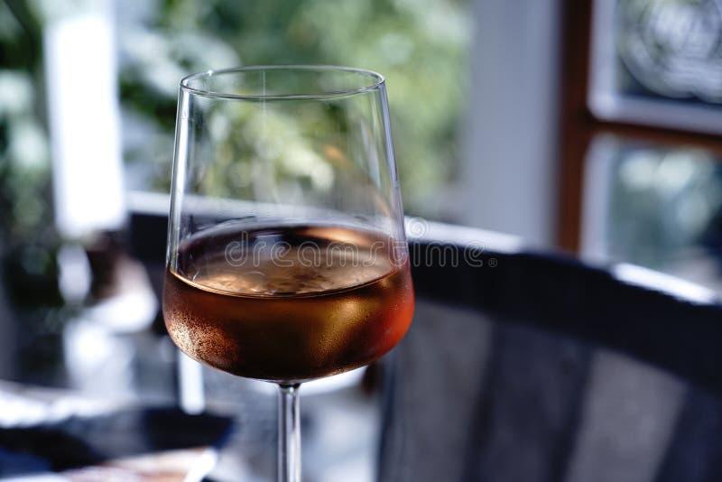 Closeup av exponeringsglas med brun alkohol i den på ett hus arkivbilder