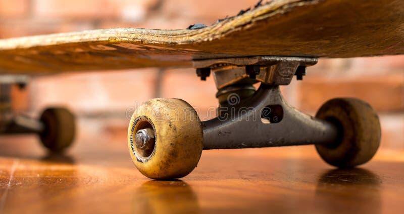 Closeup av för a den använda skateboarden tungt - fotografering för bildbyråer