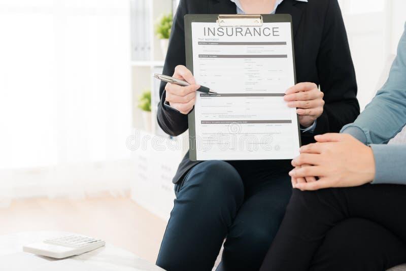 Closeup av försäkringmedlet som besöker hemmet för köpare` s royaltyfria bilder