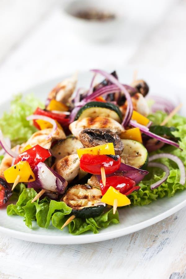 Closeup av fega steknålar eller shashlik med grillade grönsaker royaltyfri fotografi