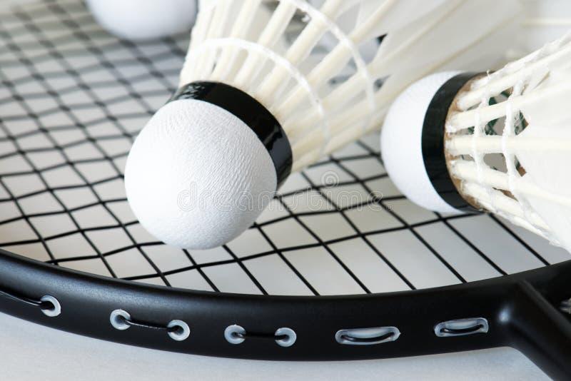 Closeup av fjäderbollen och racket arkivfoto