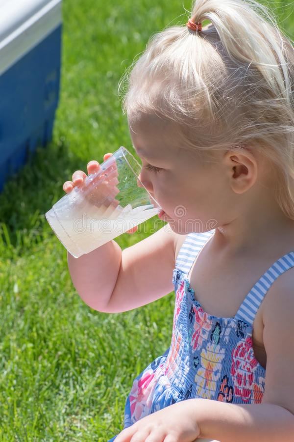 Closeup av flickan som dricker lemonad utanför i sommar fotografering för bildbyråer