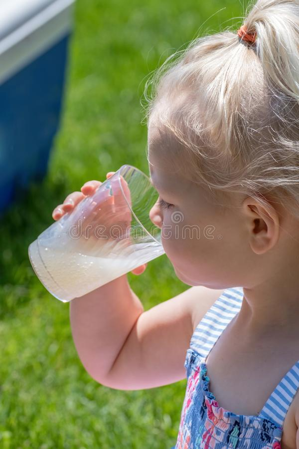 Closeup av flickan som dricker lemonad utanför i sommar arkivfoton