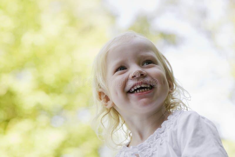 Closeup av flickan som utomhus skrattar arkivfoton