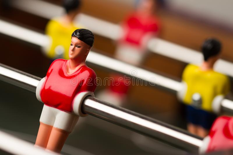 Closeup av fotbollstatyetten på leken för foosballtabellfotboll royaltyfri foto