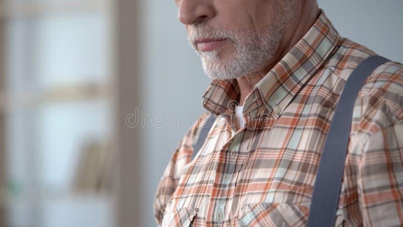 Closeup av gamala mannen som bär den rutiga skjortan och hängslen, gammalmodig stil royaltyfri fotografi