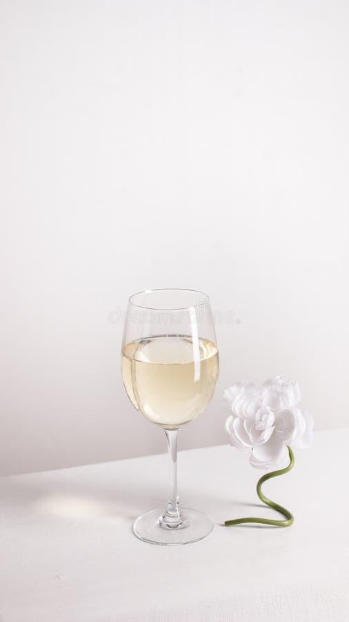 Closeup av genomskinligt klart kristallexponeringsglas av vitt vin arkivfoto