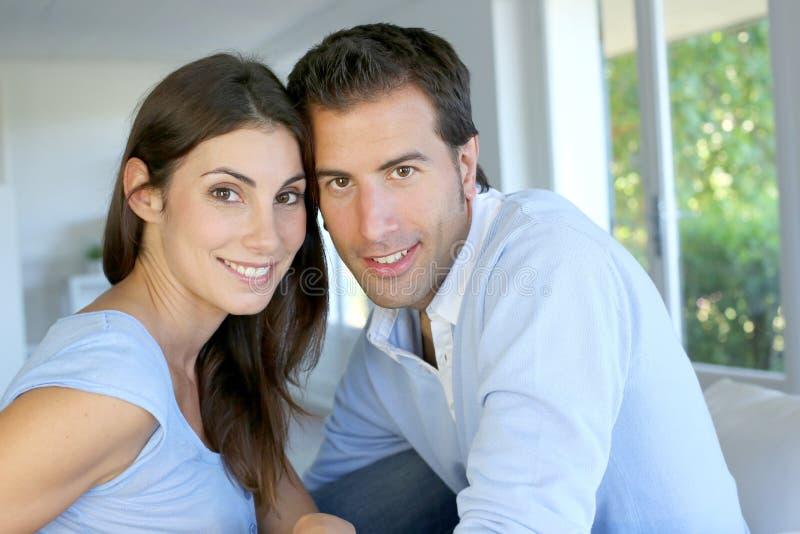 Closeup av gladlynta par som hemma sitter royaltyfria bilder