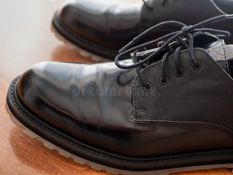 Closeup av glansiga formella skor för mansvart, profilsikt med skosnöre royaltyfri foto