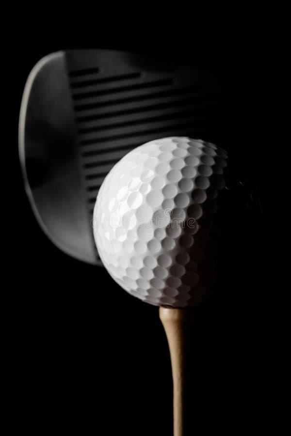 Closeup av golfklubben och golfboll på utslagsplats royaltyfria bilder