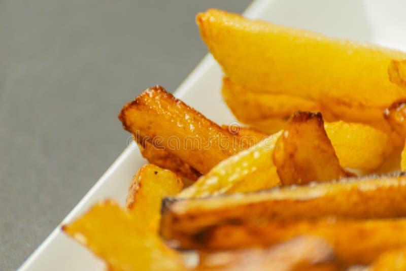 Closeup av guld- småfiskar som är förberedda från nya potatisar som är fetthaltig men arkivfoton