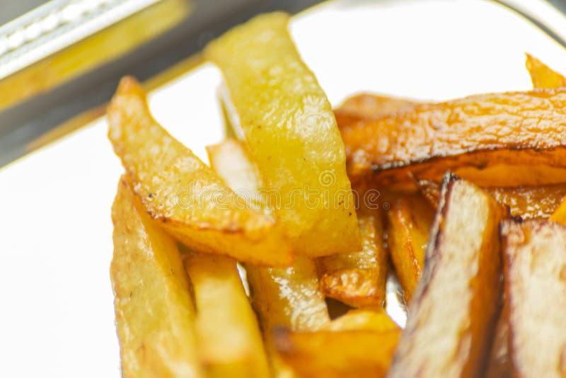 Closeup av guld- småfiskar som är förberedda från nya potatisar som är fetthaltig men fotografering för bildbyråer