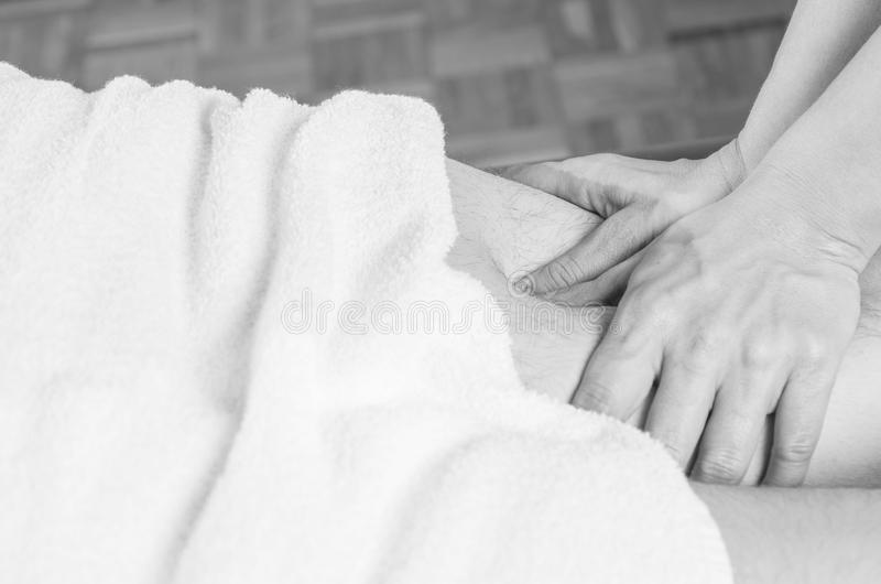 Closeup av händer av kiropraktorn, fysioterapeut som gör kalvmus royaltyfria bilder