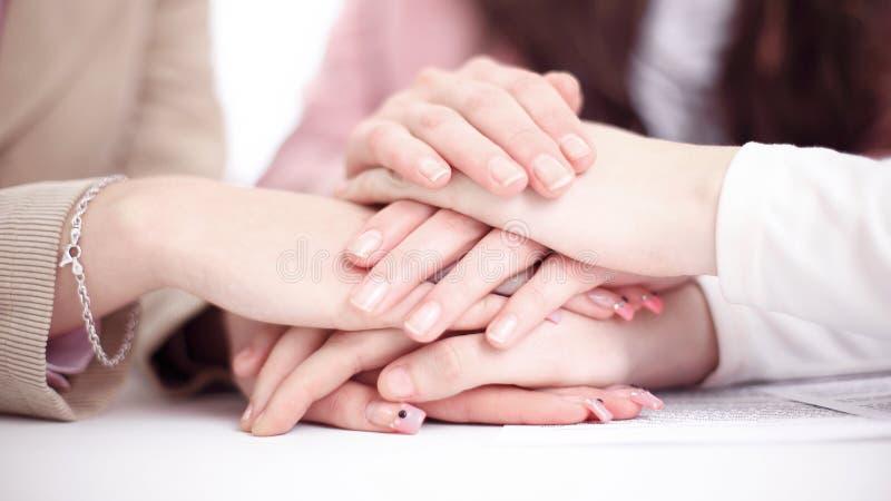 Closeup av händerna av affärslaget som tillsammans sätts fotografering för bildbyråer